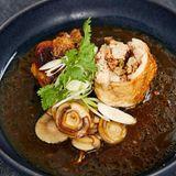 Hähnchenroulade gefüllt mit Pilzen und Erdnüssen