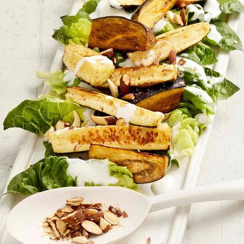 Ofengemüse: Zucchini und Auberginen auf Römersalat mit Rauchmandeln bestreut