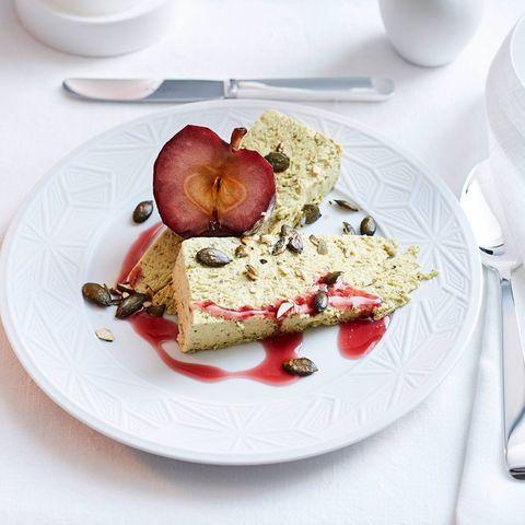 Kürbiskern-Honig-Parfait mit Cassis-Apfel