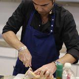 Achim Ellmer bereitet Huhn zu