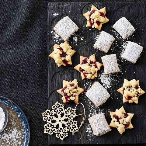 Stern-Kekse getoppt mit Preiselbeeren und Teig-Streuseln