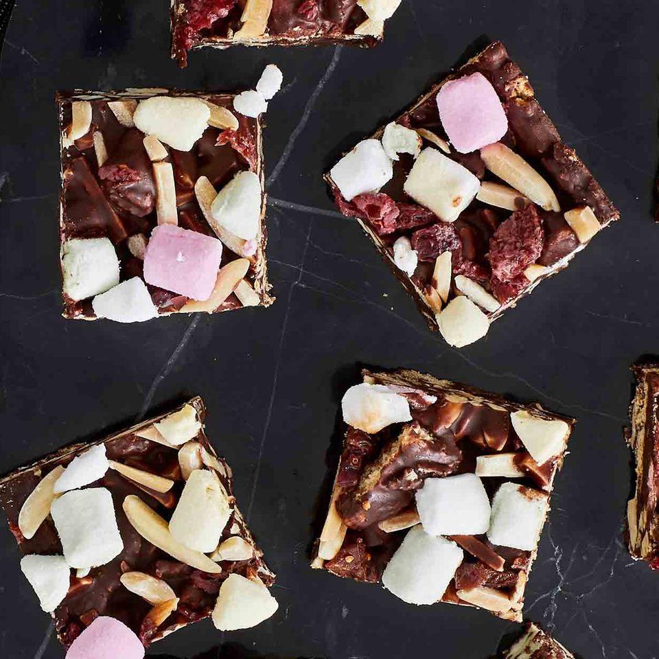 Schoko-Keks-Würfel mit Mandelstiften und Mini-Marshmallows