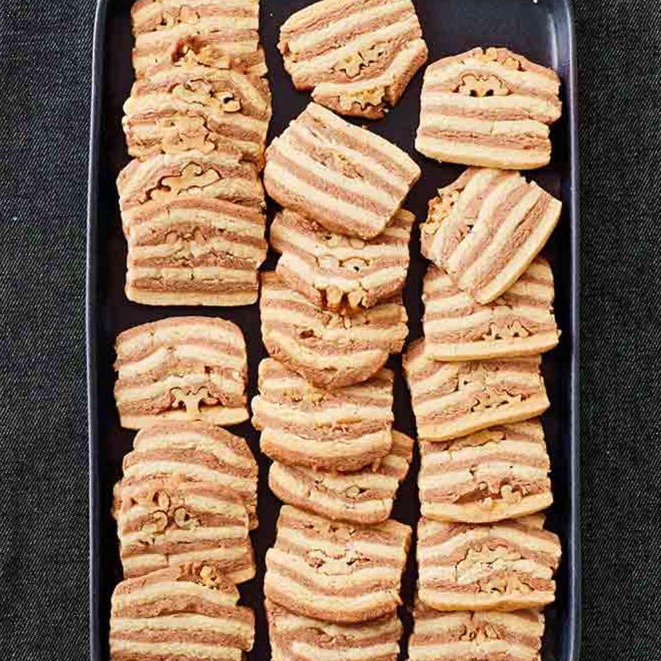 Kekse in Streifenmuster mit Walnüssen
