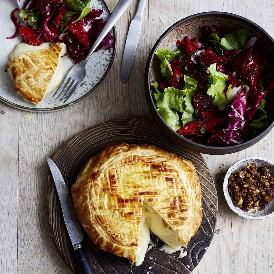 Brie im Blättertieg mit Gemüse-Endivien-Salat