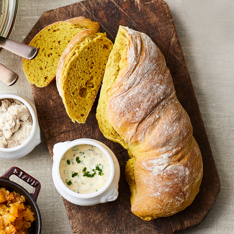 Längliches gelbes Brot mit knuspriger Kruste