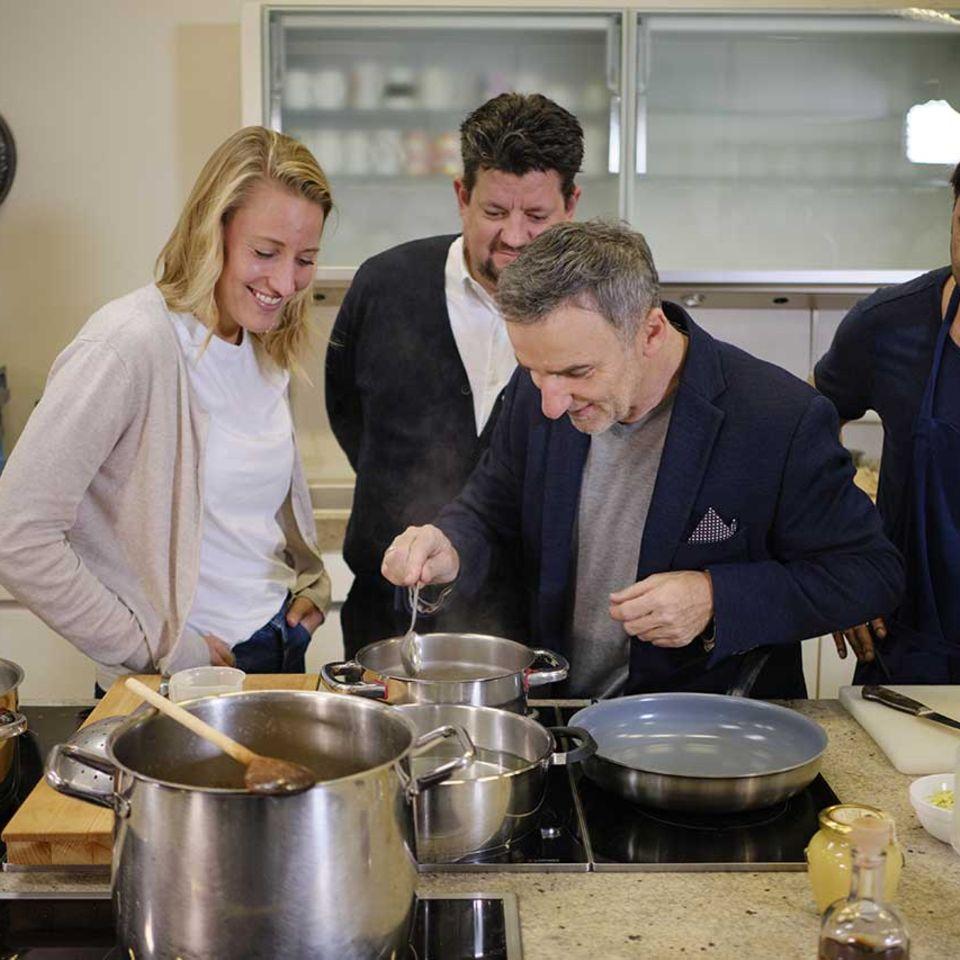 Johannes King am Herd in der essen&trinken Küche mit  Christina Hollstein, Jan Spielhagen, Achim Ellmer