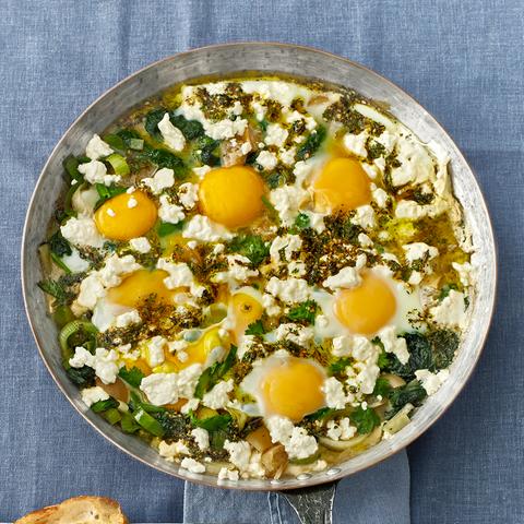 Lauch-Spinat-Pfanne mit wachsweichen Ei und Feta bestreut