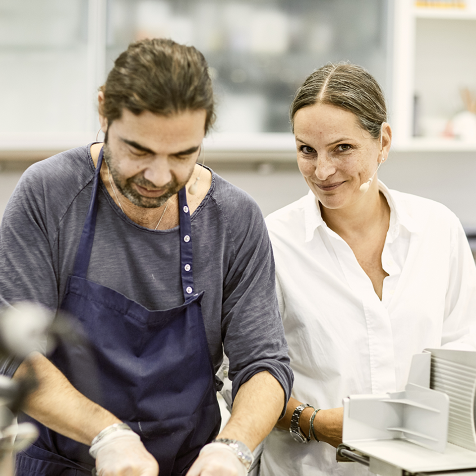 Achim Ellmer und Nadine Uhe in der essen & trinken Küche am Herd