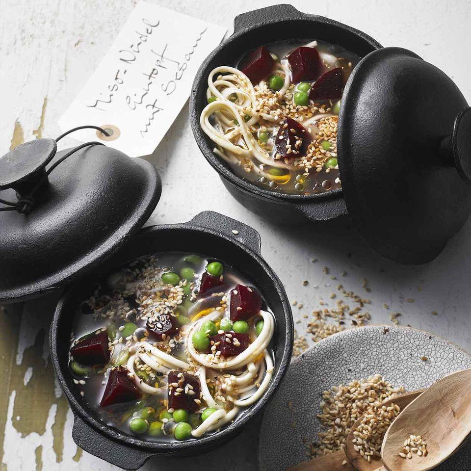 Miso-Nudel-Gemüse-Eintopf mit Sesam
