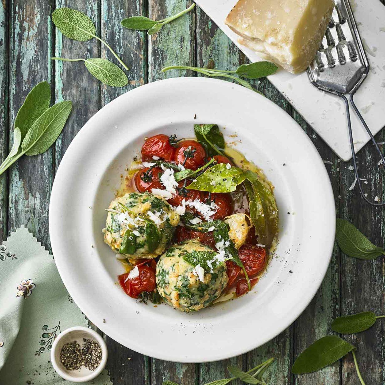 Parmesan-Spinat-Knödel mit Salbeibutter und Tomaten
