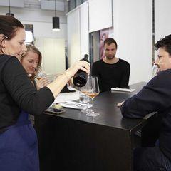 Marion Swoboda schenkt Wein ein für Takis Würger und die Hosts