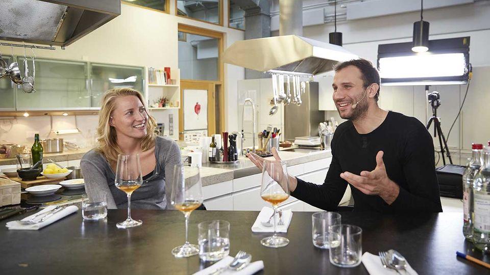 Takis Würger in der essen&trinken Küche im Podcast-Gespräch mit Host Christina Hollstein