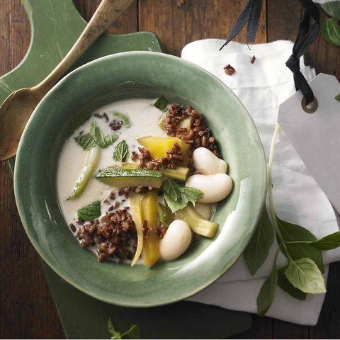 Grüner Curry-Eintopf in der Schale
