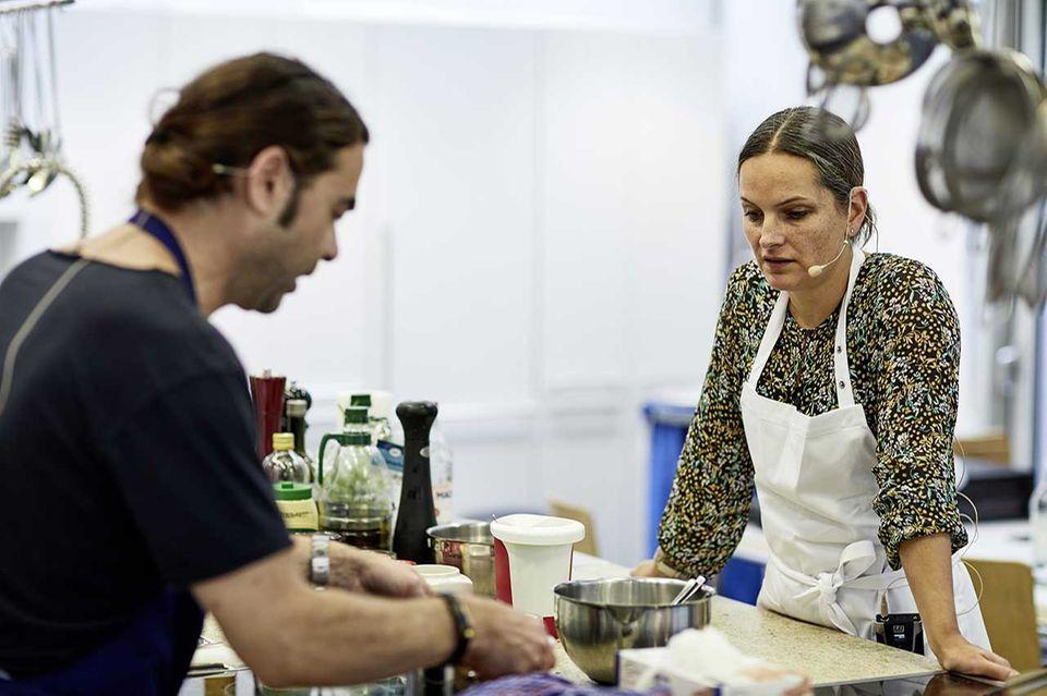 Achim Ellmer und Nadine Uhe sind in der essen&trinken Küche und machen Hummus