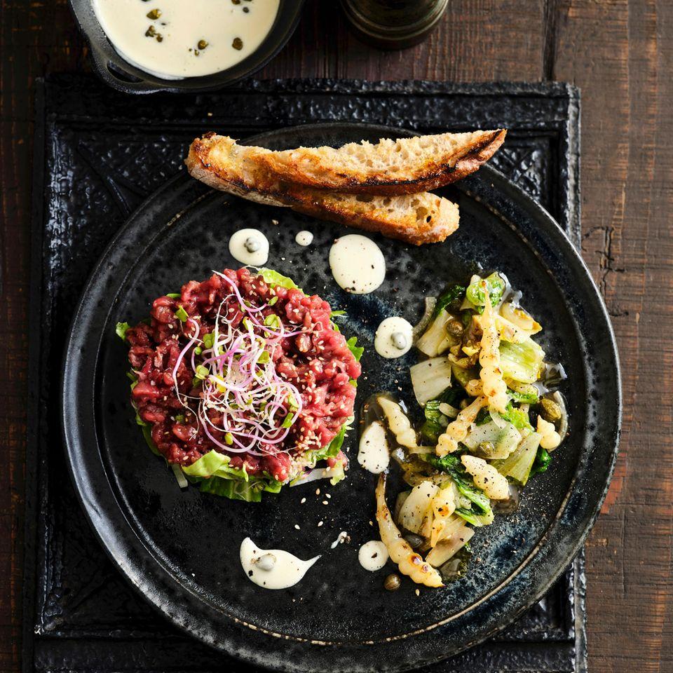 Rindertatar mit Knollenziest-Salat