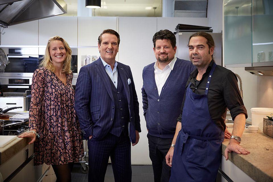 Ralf Dümmel mit dem Podcast-Team von Quatschen mit Sauce in der Brigitte-Küche