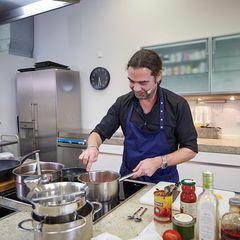 Achim Ellemer kocht für den Podcast Quatschen mit Sauce in der Brigitte-Küche