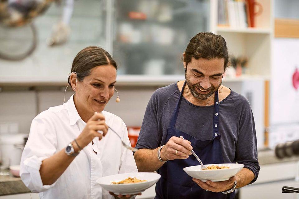 Nadine Uhe und Achim Ellmer essen in der essen&trinken Küche Pasta mit Sauce Bolognese