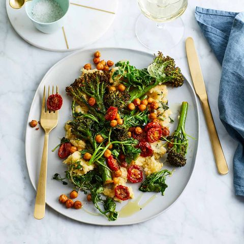Ofengebratener Bimi mit Kichererbsen und halb getrockneten Tomaten auf Sellerie-Kartoffel-Stampf