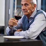 Ulrich Wickert trinkt Rotwein