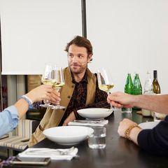 Benjamin Adrion trinkt Wein mit Christina Hollstein und Jan Spielhagen