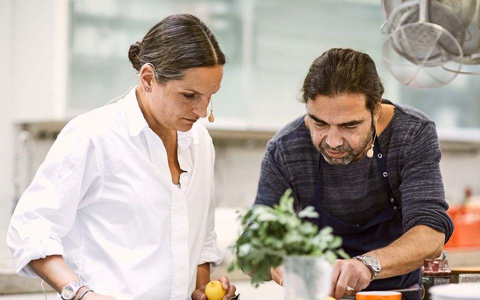 Nadine Uhe und Achim Ellmer kochen zusammen in der essen&trinken Küche