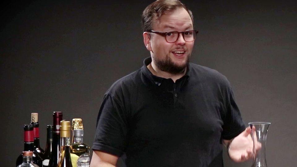 Benedikt Ernst erklärt, wozu man einen Dekanter braucht