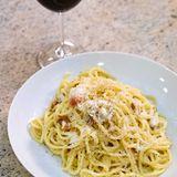 Spaghetti alla carbonara, dazu ein Glas Rotwein