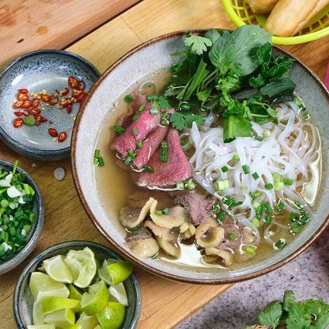 Pho mit Rindfleisch und asiatischen Kräutern