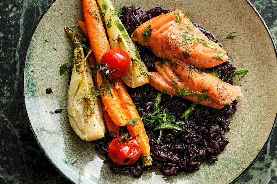 Schwarzer Risotto mit Ofengemüse und Lachs Rezept