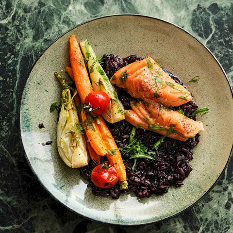 Schwarzer Risotto mit Ofengemüse und Lachs