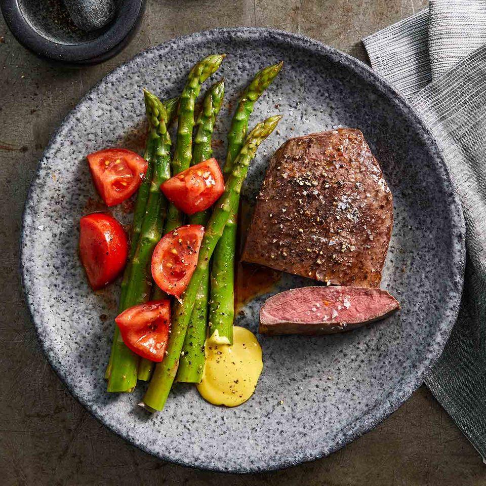 Flat Iron mit Spargelgemüse und Safran-Mayonnaise
