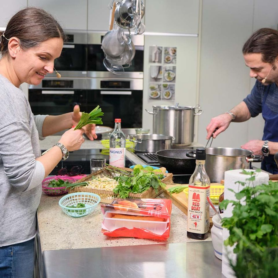 Nadine Uhe und Achim Ellmer kochen Pho