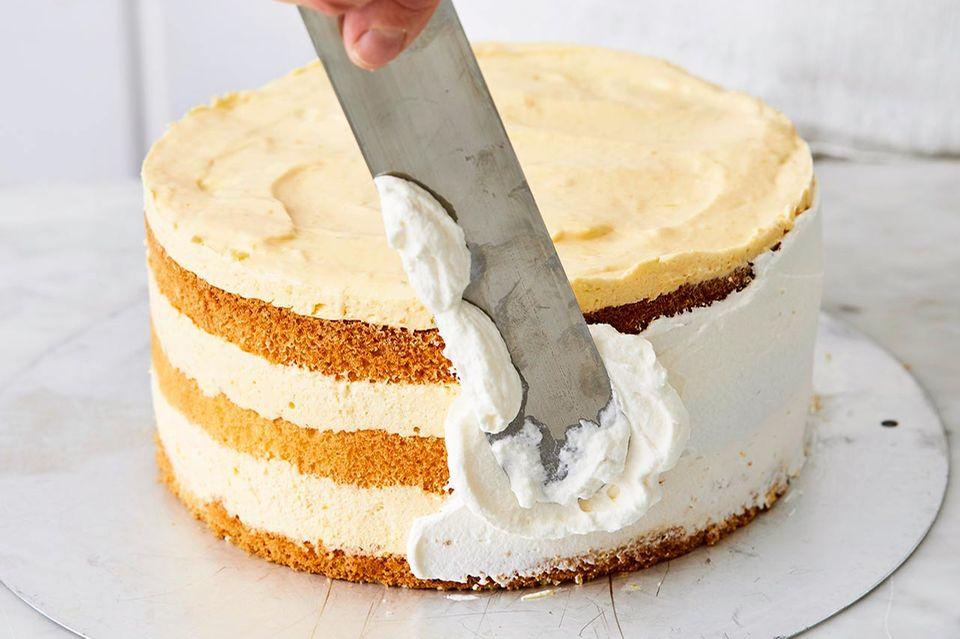 Verzieren der Torte mit Sahne