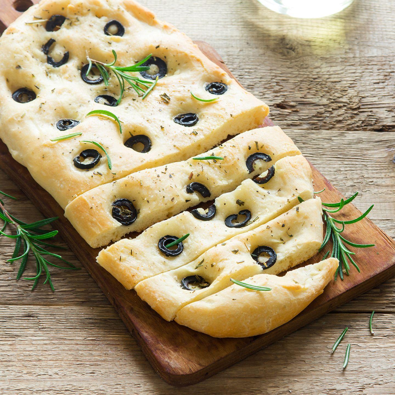 Focaccia mit Kräutern und Oliven