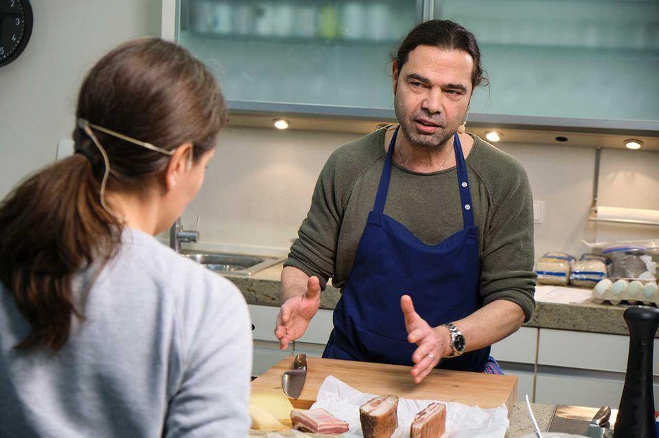 Achim Ellmer erklärt Nadine Uhe im Podcast Specksorten in der essentrinken Küche