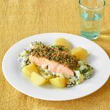 Lachsfilet mit Brösel-Kruste und Zucchini