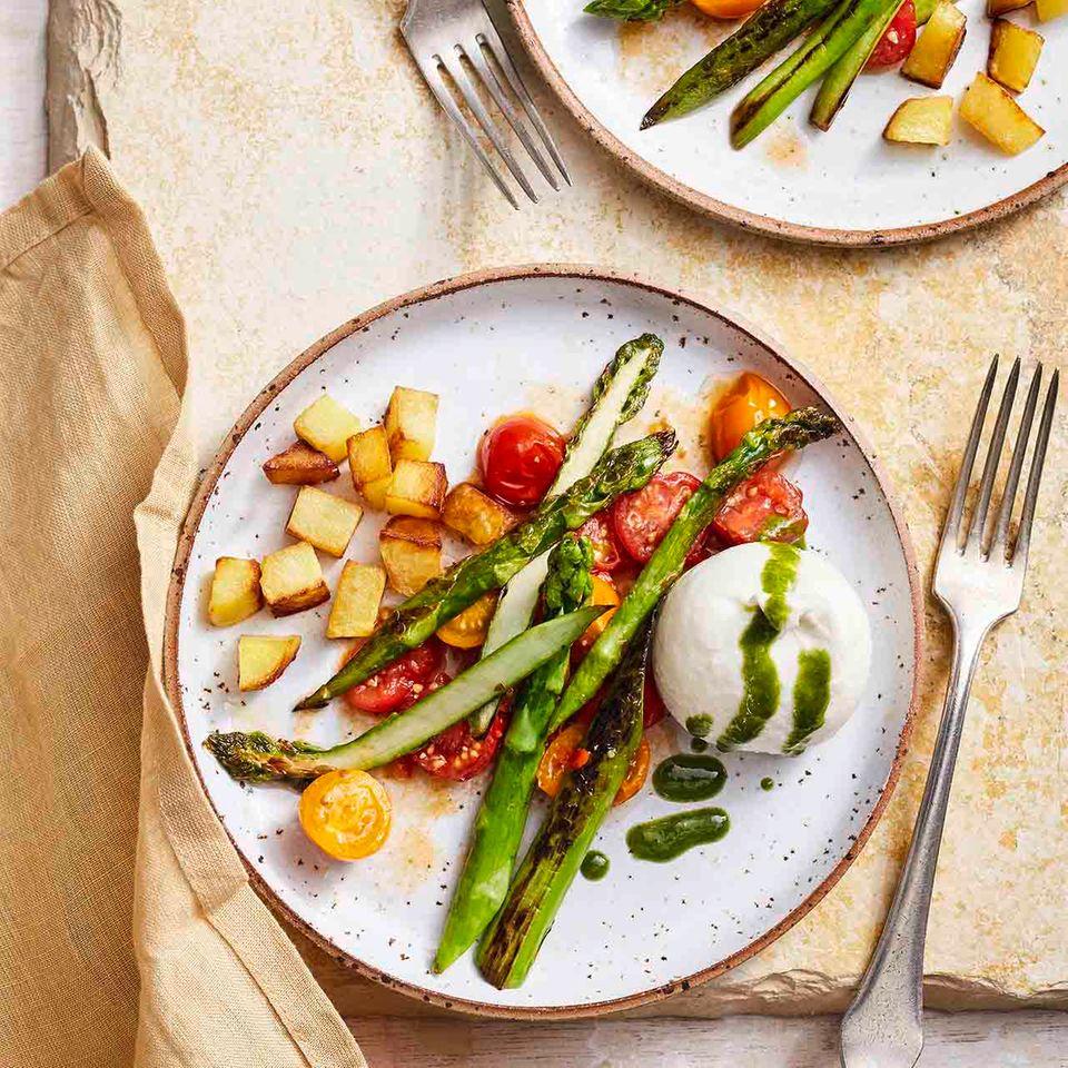 Gebratener Spargel mit Tomaten und Burrata