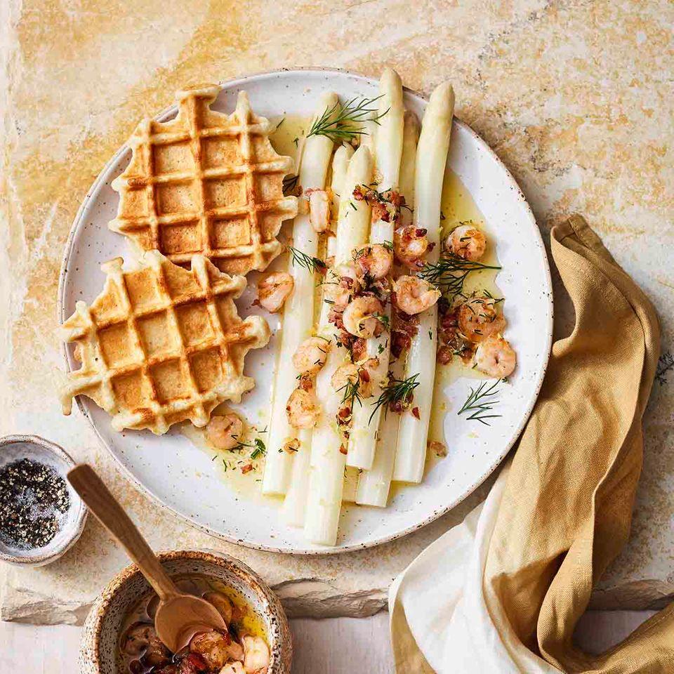 Spargel mit Shrimps und Kartoffelwaffeln