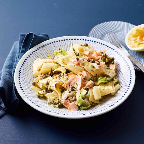 Lachs-Pasta mit Römersalat und Kapern