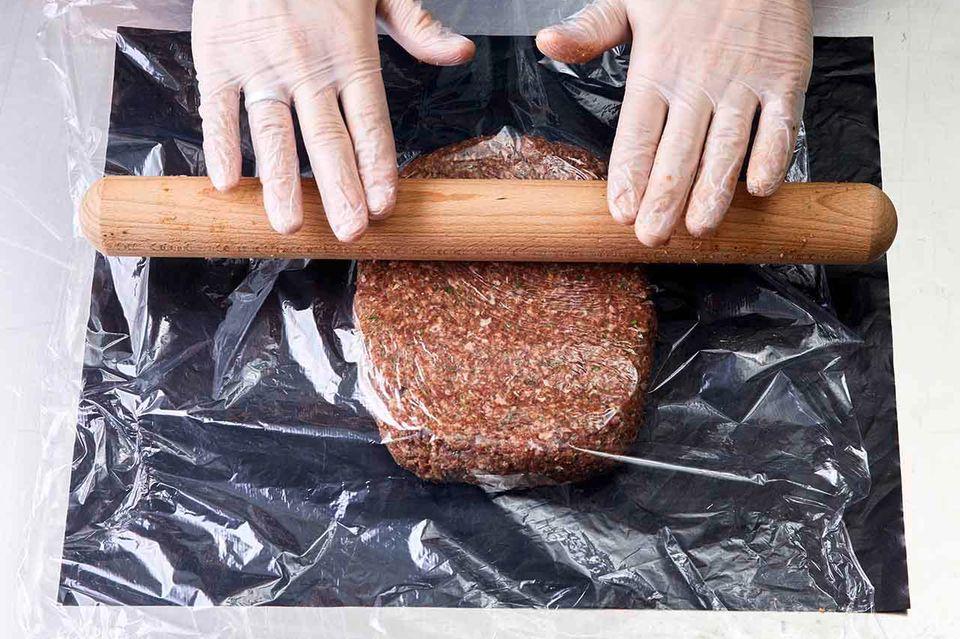 Köfte-Masse mit Nudelholz ausrollen