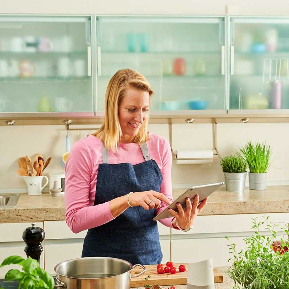 Christina Hollstein nutzt essen&trinken audiocooking auf dem Tablet in der Küche zum Kochen
