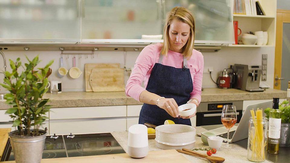 Christina Hollstein kocht mit audiocooking.de in der Küche