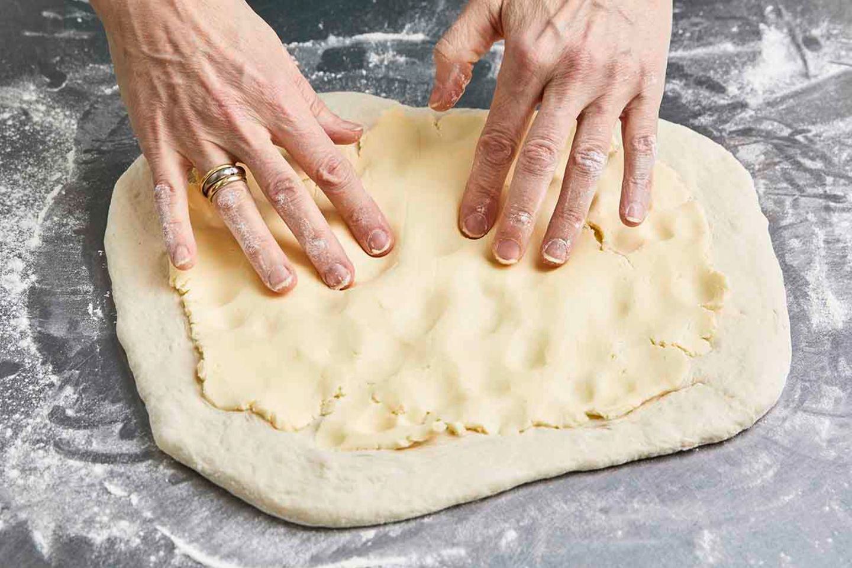 Butter in Teig einarbeiten