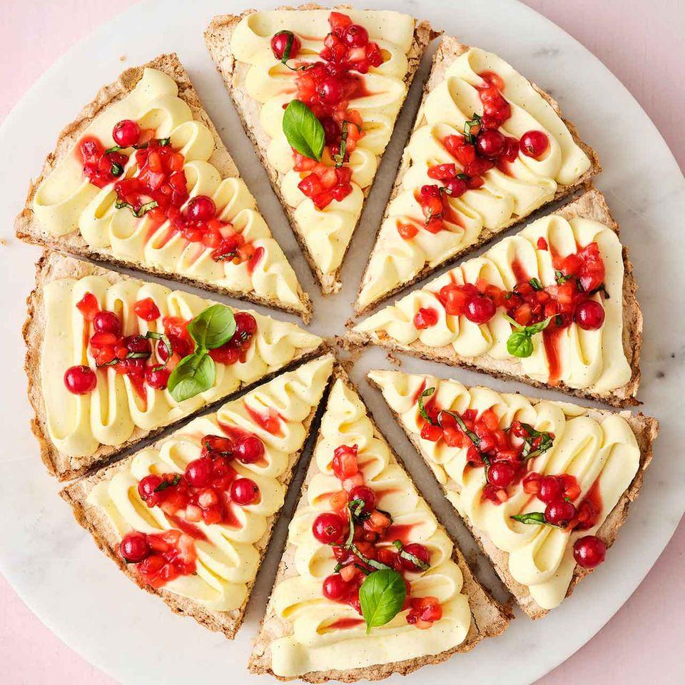 Mandelkuchen mit Erdbeersalat