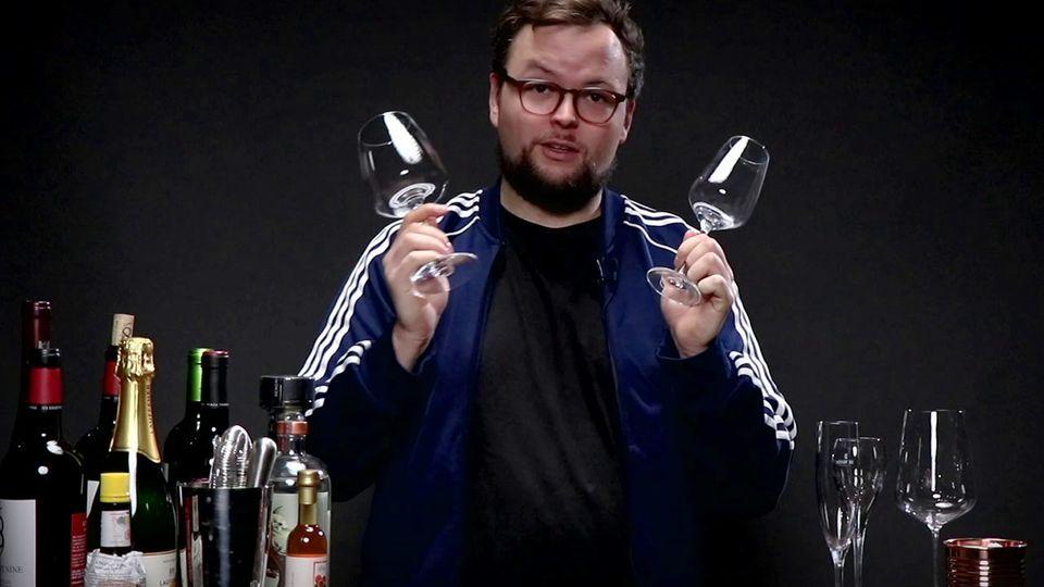 Benedikt Ernst erklärt unterschiedliche Weingläser