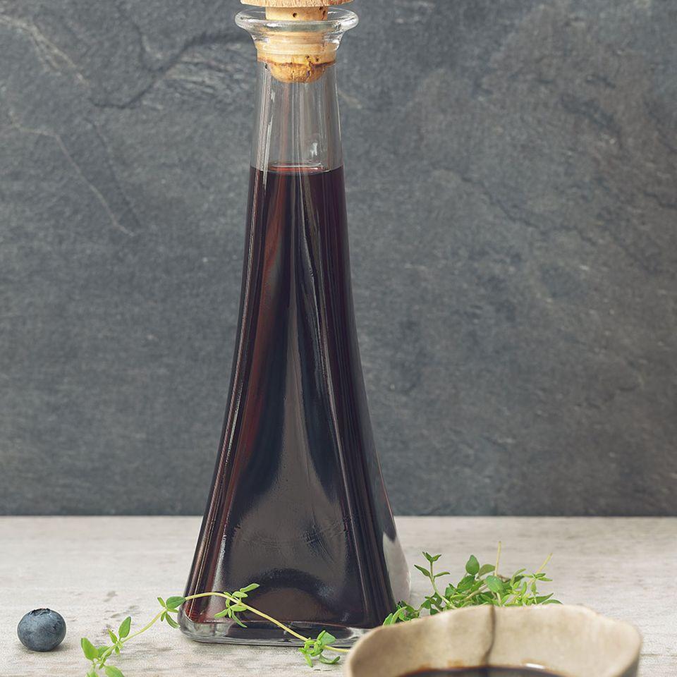 Balsamico Creme in Schale und Flasche