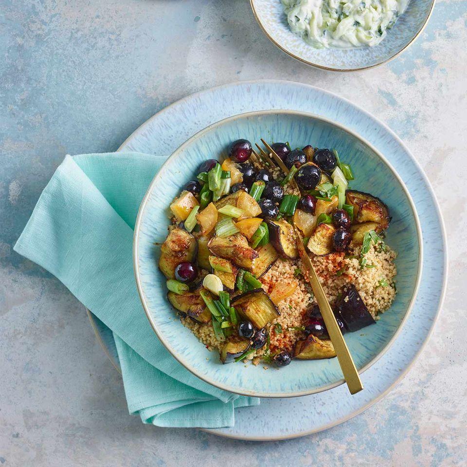 Kamut-Couscous mit Heidelbeeren in blauer Schale