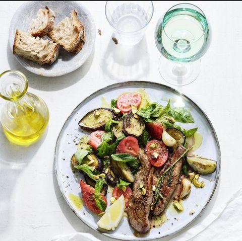 Auberginen-Tomaten-Salat mit Lammfilets und Sesam-Dressing
