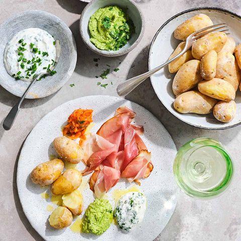 Kartoffeln mit Joghurt-Dip, Erbsen- und Paprika-Creme